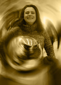 Stefania Maranzano, artista, artigiana, serenamente felice e sorridente